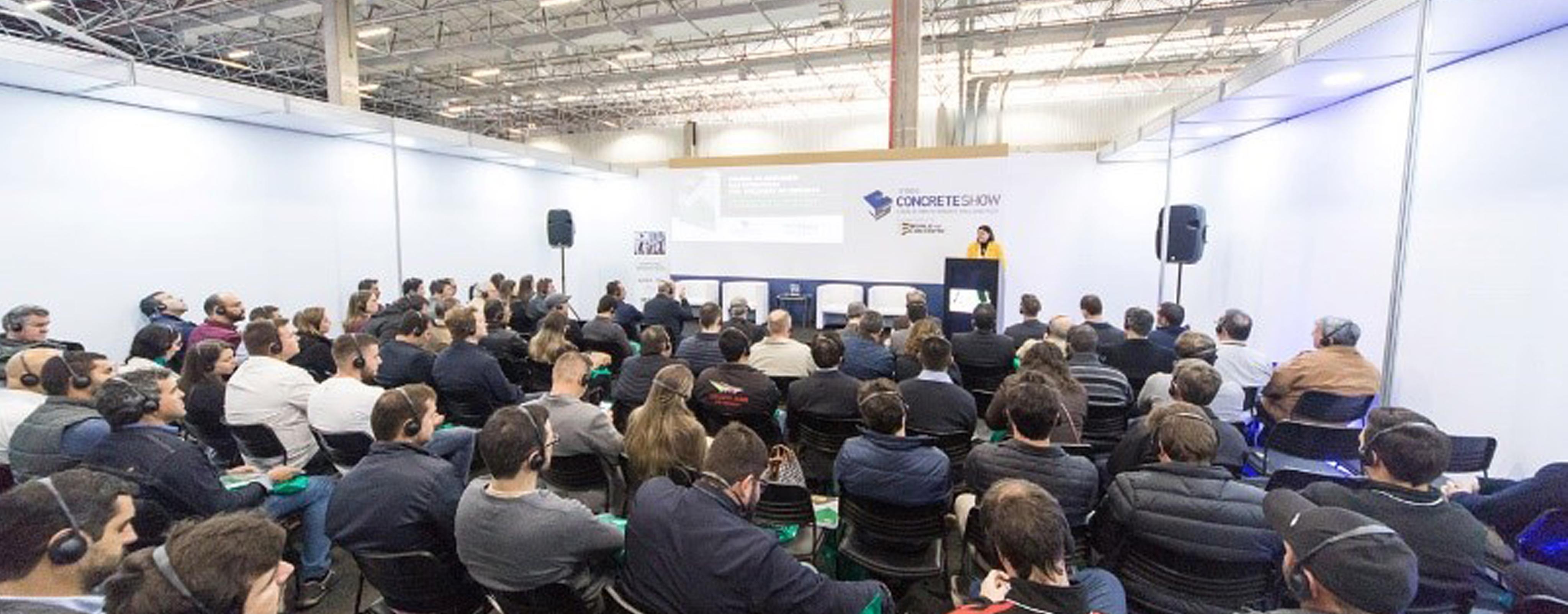 Íria Doniak, presidente executiva da Abcic faz abertura e moderação dos debates durante lançamento do Manual de Montagem de Estruturas Pré-Moldadas de Concreto